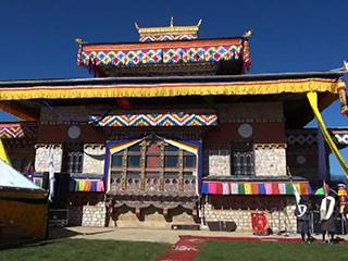 His Holiness consecrates Chhokor Thaling Goenpa.