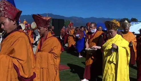 His Holiness consecrates Chhokor Thaling Goenpa