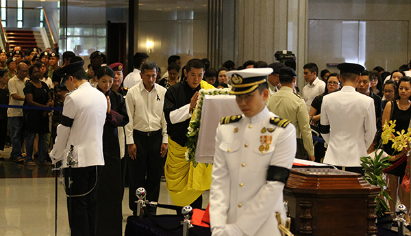 His Majesty pays personal respects to Late Lee Kuan Yew