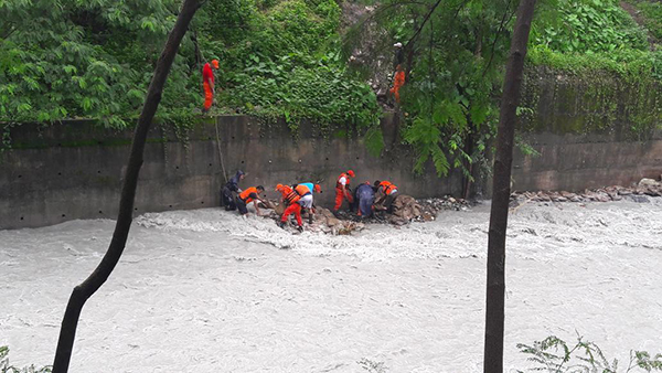 Hundreds work to contain swelling rivers